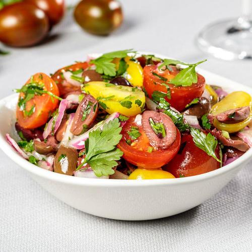 עגבניות שרי צבעוניות, בצל סגול וזיתי קלמטה