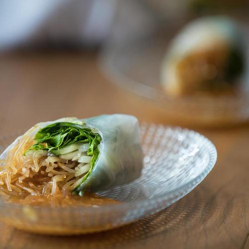דפי אורז במילוי ירקות טריים ואיטריות שעועית