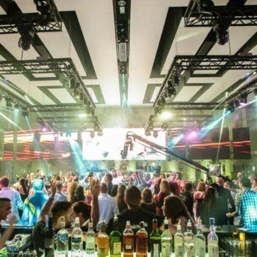 רחבת הריקודם על רקע הבר באולם האחוזה