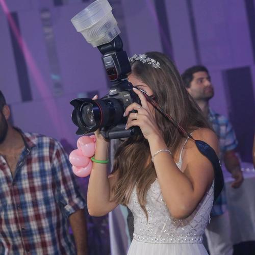 נטלי עוזרת לצלמים