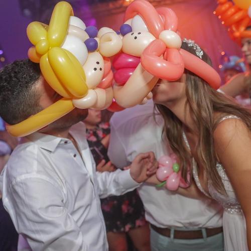 לפחות הבלונים מצליחים לתת נשיקה